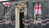 """London, Vereinigtes Königreich. Ganz England ist im Fußballfieber. Auch die Downing Street 10 hängt voller Fähnchen. Am Sonntag steigt das EM-FinaleItalien gegen England. Im Londoner Fußball-Tempel Wembley werden mehr als 60.000 Zuschauer erwartet. Vor ihrem größten Finale seit 55 Jahren bekam die Nationalmannschaft sogar Post von Premierminister Boris Johnson:""""Im Namen der gesamten Nation: Viel Glück, habt ein großartiges Spiel –und bringt ihn nach Hause!"""""""