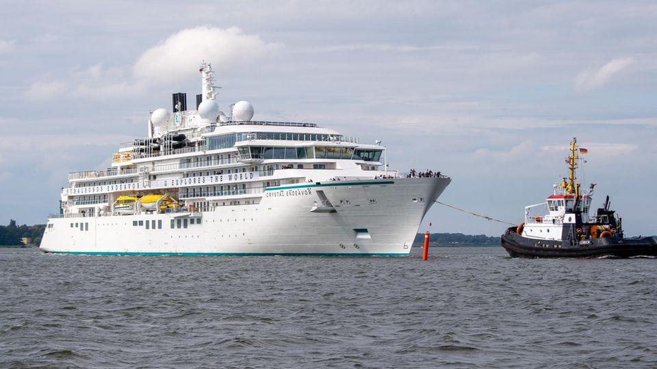 """Das in Stralsund gebaute Expeditions-Kreuzfahrtschiff """"Crystal Endeavor"""" fährt vom Ausrüstungskai der Werft zur Jungfernfahrt"""