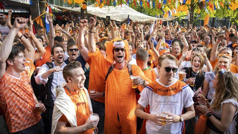 EM-Party in Amsterdam am Tag, nachdem die Lockerungen der Coronavirus-Schutzmaßnahmen in Kraft getreten sind