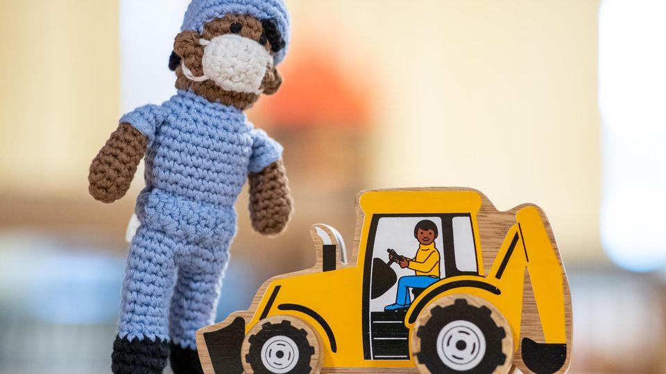 Anti-rassistisch gestaltetes Spielzeug steht im Spielzeugmuseum Nürnberg auf einem Tisch