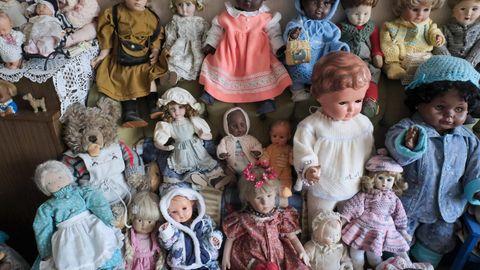 Puppen sitzen auf einem Sofa