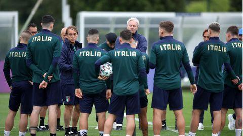 EM Finale Italien gegen England: Trainer Roberto Mancini spricht mit seinen Spielern