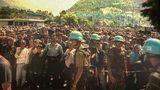 11. Juli 1995: Das Massaker von Srebrenica  Der Bosnienkrieg tobte schon länger als drei Jahre, als Srebrenicafiel. Die Stadt, eine moslemische Enklave, lag eigentlich in einer Schutzzone, die von den Serben in den Tagen vor dem 11. Juli 1995 erobert wurde. Bis zum Abend des Tages waren mehr als 20.000 Menschen ins benachbarte Potočari geflohen, wo UN-Soldaten stationiert waren (Bild). Von dort aus nahm der Genozid, das größte Massaker nach dem Zweiten Weltkrieg, seinen Anfang. Gleichsam unter den Augen der anwesenden Blauhelmsoldaten ermordeten die serbischen Truppen in den folgenden Tagen rund 8000 Bosniaken. Bis heute wurde nur ein Teil der Leichen identifiziert. Die Verantwortlichen des Völkermords, General Ratko Mladić und der serbische Präsident Radovan Karadžić, wurden vom Internationalen Strafgerichtshof als Kriegsverbrecher verurteilt.