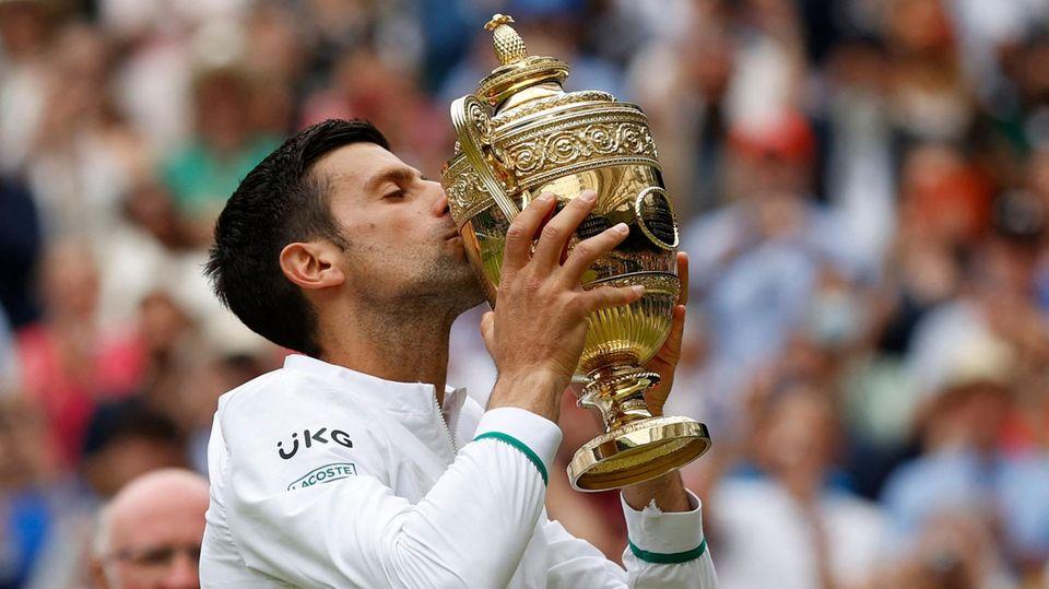 Novak Djokovic küsst die Wimbledon-Trophäe