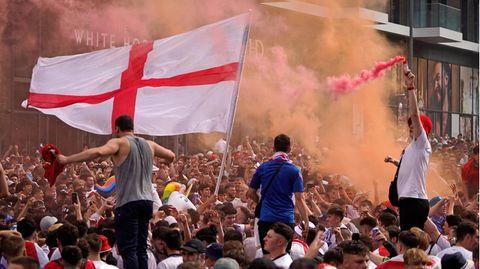 Fan-Wahnsinn in London: Zehntausende sind in der Metropole unterwegs, um das Finale der EM zu erleben. Hier feiern Anhänger am Wembley-Stadion.