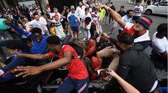 Am Trafalgar Square lassen Anhänger es krachen. Experten und Kritiker sprechen bereits vom Super-Spreader-Sunday angesichts der Corona-Pandemie, weil die Fans sämtliche Hygieneregeln sausen lassen.