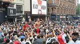Am Leicester Square versammeln sich Tausende. Das Problem ist der große Alkoholkonsum. Kaum ein Anhänger dürfte nüchtern sein.