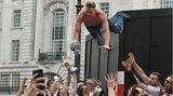 Die spezielle Form des Stage divings am Picadelly Circus, nur nichtin einem Rockclub, sondern mitten in London