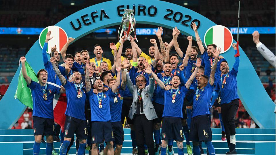 Europameister! Die Squadra Azzurra am Ziel ihrer Träume.