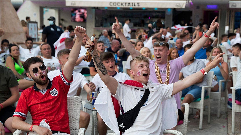Public Viewing: Briten in Magaluf sehen sichdas EM-FinaleItalien gegen England an.