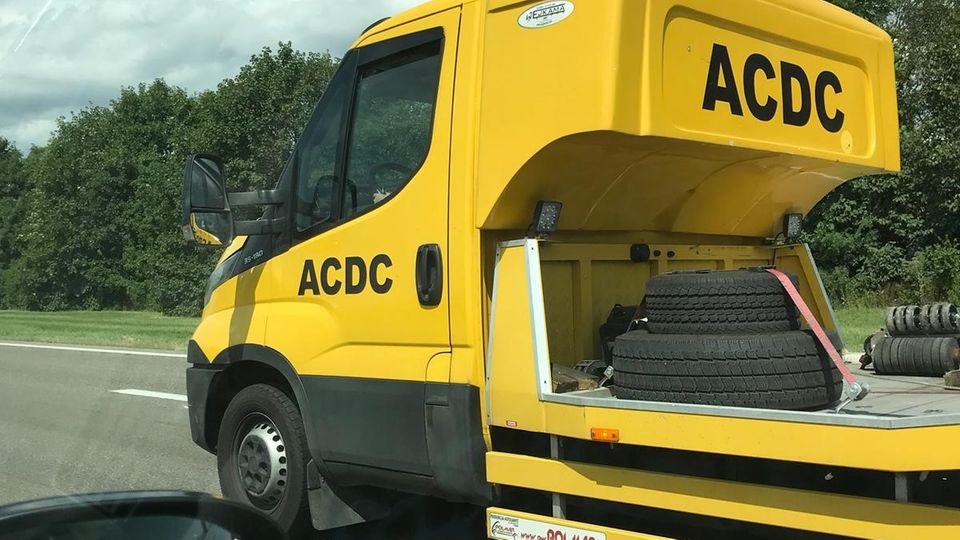 """Ein vermeintliches ADAC-Fahrzeug mit dem Schriftzug """"ACDC"""""""