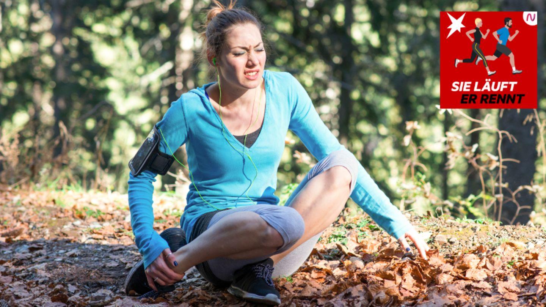 Eine verletze Läuferin sitzt auf dem Boden