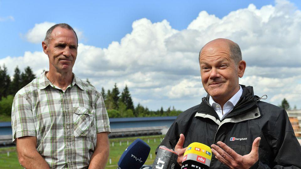 Olaf Scholz (r) und Frank Ullrich stehen während der Wahlkampftour von Olaf Scholz in der Lotto-Thüringen Arena