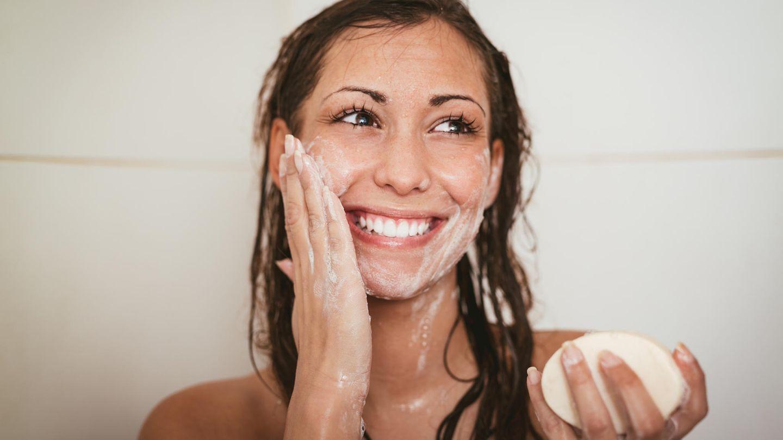 Eine Frau wäscht ihr Gesicht