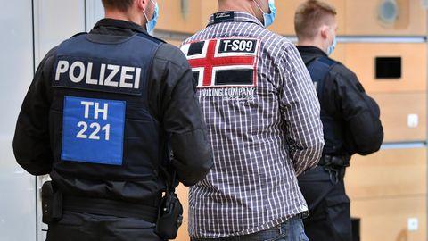 Polizisten bringen einen Angeklagten in den Gerichtssaal vor Beginn der Urteilsverkündung im Ballstädt-Prozess