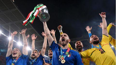 Italiens Spieler bejubeln mit dem Pokal den zweiten EM-Titel