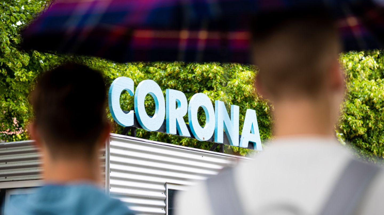 """Corona""-Schriftzug über Container"