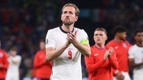 Der Kapitän der englischen Nationalelf, Harry Kane, stellt sich demonstrativ vor seine Mannschaftskollegen