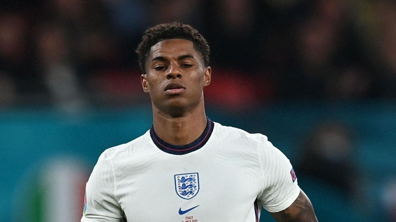 im weißen Trikot der englischen Nationalmannschaft läuft ein Fußballer mit afrikanischen Wurzeln über den Platz