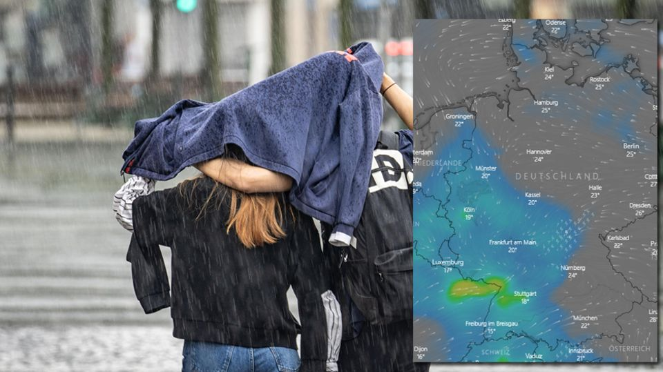 Zwei Passanten versuchen, sich unter einem Pullover vor dem Regen zu schützen.