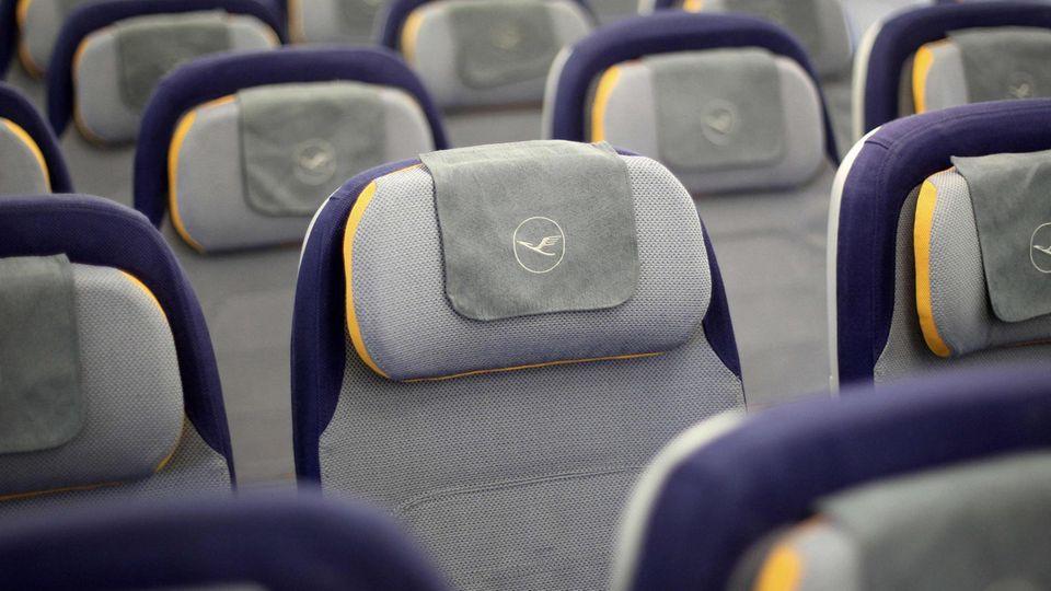 Sitzreihen in einem Flugzeug der Lufthansa