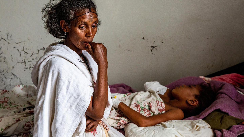 Tsigabu Gebretensae sitzt am Krankenbett ihrer zwölfjährigen Tochter Genet. Bei einem Luftangriff der äthiopischen Armee wurde sie so schwer verletzt, dass die Ärzte ihren rechten Arm amputieren mussten. Ein Bruder des Mädchens starb