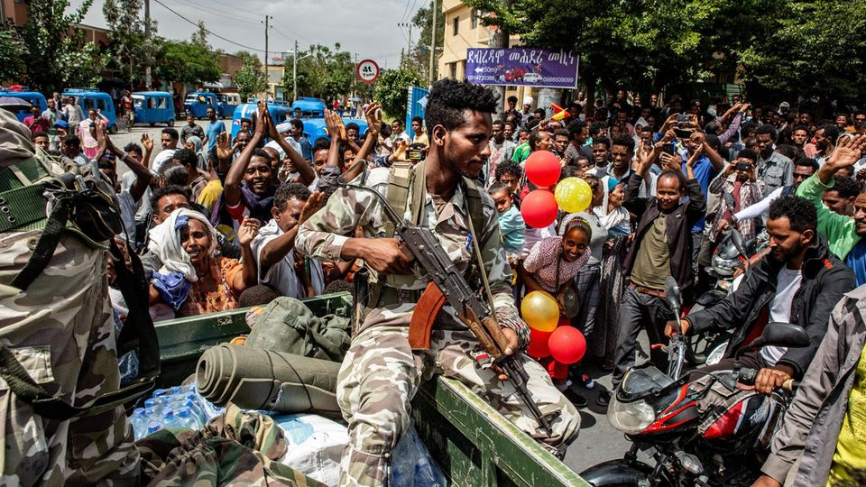 """Kämpfer der Rebellenmiliz """"Tigray Defence Force"""" beim siegreichen Einzug in Mek'ele"""