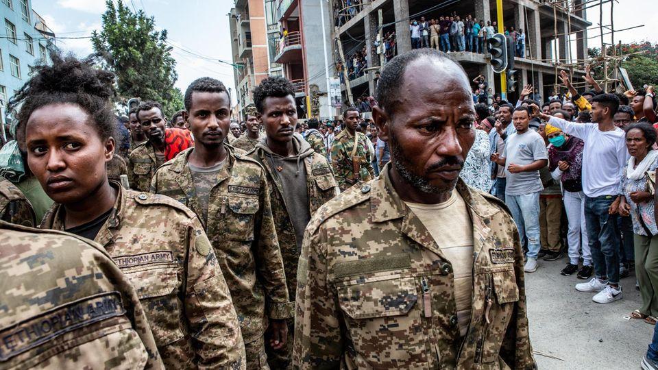 Tage später lässt die Miliz Tausende kriegsgefangene äthiopische Soldaten durch die Stadt marschieren