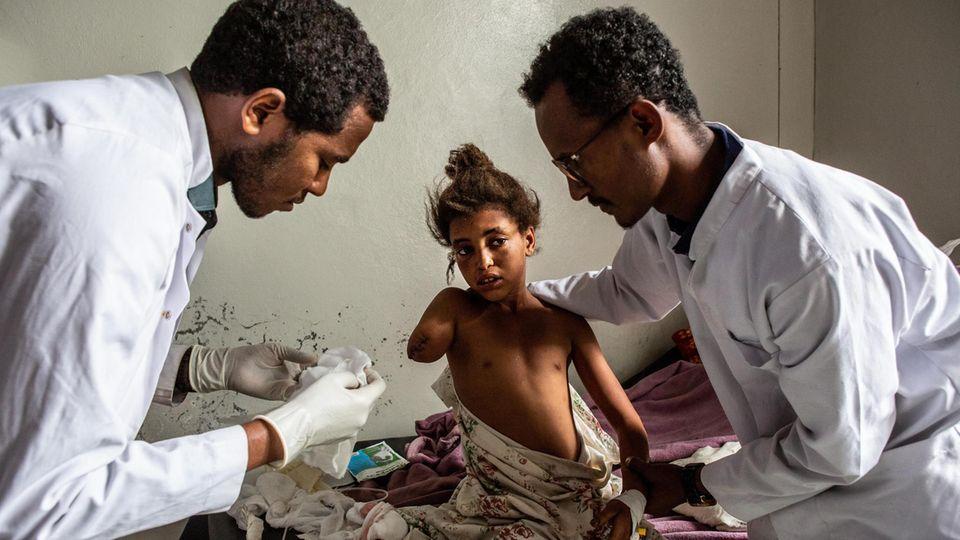 Ärzte wechseln den Verband der zwölfjährigen Genet, einer von über 180 Verletzten des Bombardements