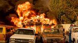 Flammen des Sugar Fire schlagen aus einem Wohnhaus