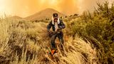 Ein Mann räumt im kalifornischenOrt Doyle eine Feuerschneise um sein Haus