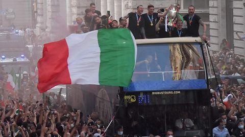 Rom: Italiens EM-Helden lassen sich im Doppeldecker-Bus von der Menge feiern
