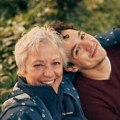 Die Autorin Claudia Schreiber war gerade 60, als sie die Diagnose Alzheimer bekam. Ihr Sohn Lukas Sam sieht sie seither schwinden