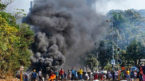 Gewaltsame Proteste in Südafrika nach Zuma-Inhaftierung außer Kontrolle.