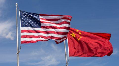 Die Flaggen der USA und der Volksrepublik China
