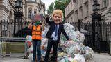 London, Großbritannien. Ein Greenpeace-Aktivist mit einer Boris-Johnson-Maske hat Plastik-Müllam Eingang zur Downing Street abgelegt - und zwar exakt 625 Kilogramm. Das entspricht der Menge, die Großbritannien alle 30 Sekunden exportiert, z. B.in die Türkei.