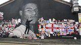 Manchester, Großbritannien. Der KünstlerAkse P19 bringt das rassistisch verunstaltete Wandbild des englischen Fußballprofis Marcus Rashford in Ordnung. Der wurde nach seinem verschossenen Elfmeter im EM-Finale besonders in den sozialen Medien angefeindet,auch das Porträt Rushfords, der sozial engagiert ist, wurde besudelt.