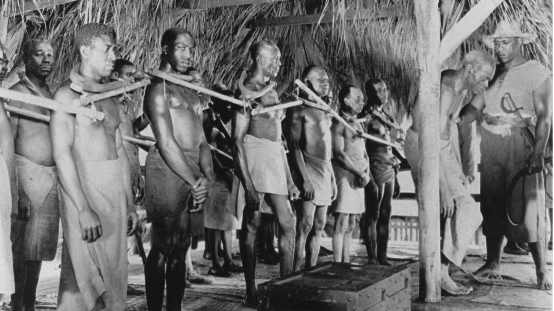 Auf einem historischen Schwarzweiß-Foto sind afrikanische Sklaven zu sehen