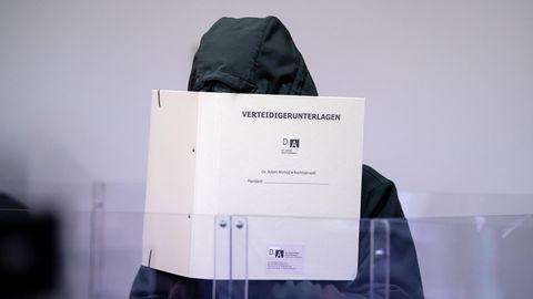 """Der im """"Wolsmasken-Prozess""""Angeklagte zum Prozessbeginn im März im Landgericht München"""