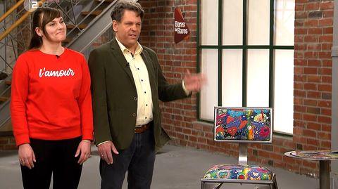 Lisa und Frank Brech stehen im Studio von Bares für Rares und präsentieren ihre Möbel