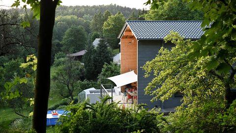 Das Haus der Familie Zedler steht dort, wo es herkommt – im Wald. Aufeinandergesteckte Blockbohlen bilden die Wände