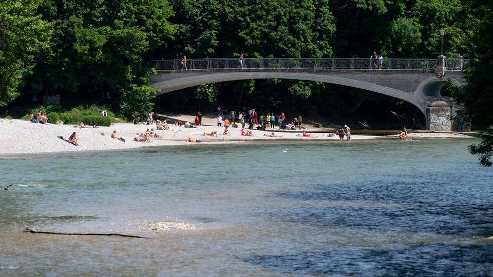 Eine Badestelle an der Münchner Isar an einem sonnigen Sommertag.