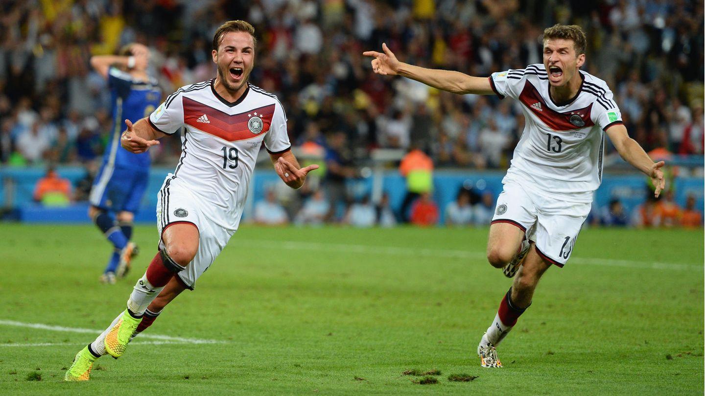 13. Juli 2014: Mario Götze schießt Deutschland zur Weltmeisterschaft  Mario Götze (l.), Thomas Müller (r.) undMillionen deutscher Fußball-Fans werden dieses Tor ihren Lebtag nicht vergessen: GötzesSiegtor im WM-Finale gegen Argentinien, mit dem Deutschland 2014 Fußball-Weltmeister wird. Sieben Jahre ist das nun her, fühlt sich aber wie aus einer anderen Zeit an – wahrscheinlich besonders für Götze selbst, dessen Karriere sich nach schweren Jahren erst bei PSV Eindhoven wieder zu stabilisieren scheint. Aber der absolute Höhepunkt, das bleibt dieser Moment im legendären Maracanã in Rio de Janeiro. Nicht nur für den Torschützen.