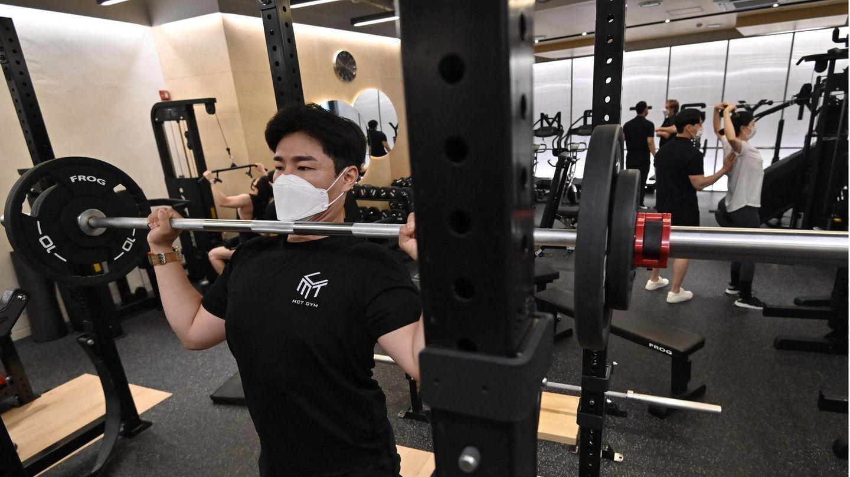 Menschen trainieren in einem Fitnessstudio in Südkoreas Hauptstadt Seoul