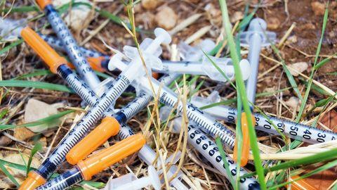 Mehrere Spritzen liegen auf dem Boden