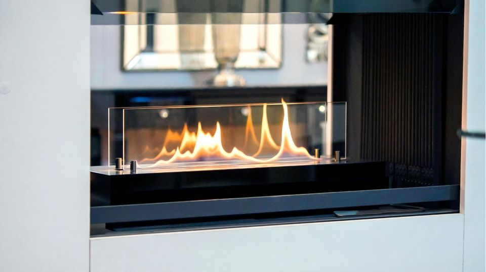 Ein Tischkamin wird mit Bioethanol betrieben, anstatt mit Holz