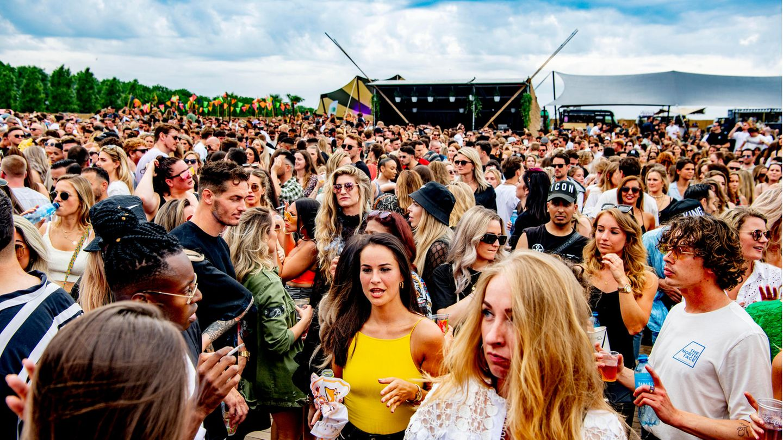Feiernde auf dem Chin Chin Festival in Amsterdam Anfang Juli
