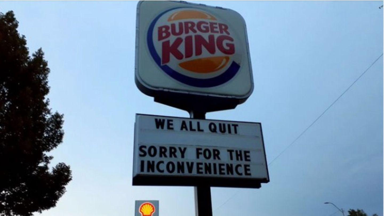 """Ein Schild vor einem Burger King-Restaurant verkündet """"Wir haben alle gekündigt."""""""