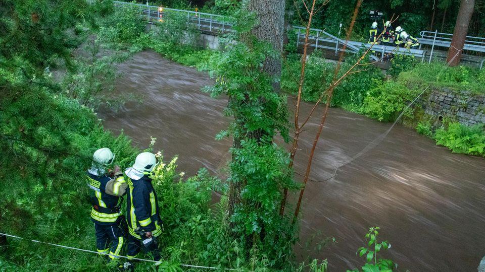 Feuerwehrleute suchen am Steinbach im sächsischen Jöhstadt nach einer vermissten Person