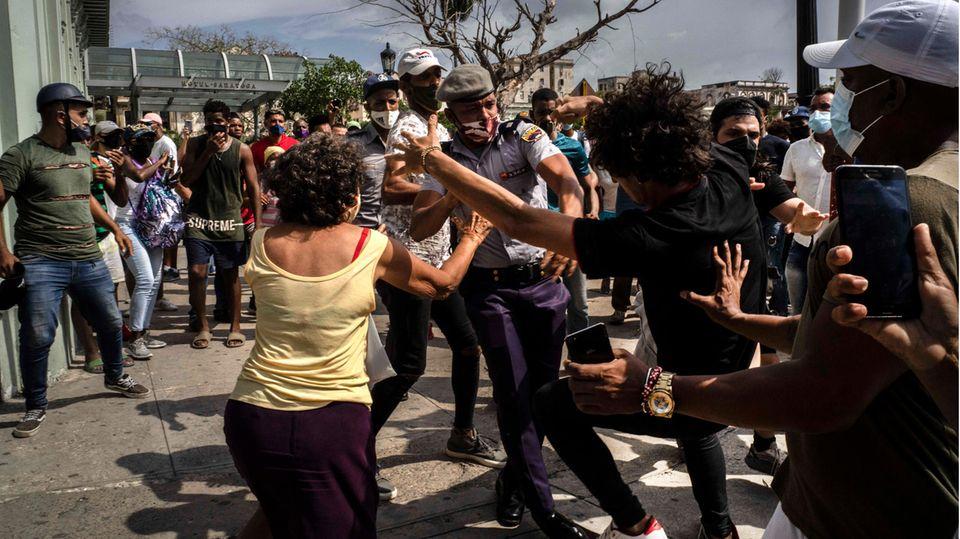 Die Polizei verhaftet einen regierungskritischen Demonstranten während einer Demonstration in Havanna